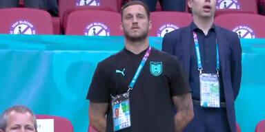 Marko Arnautovic singt auf der Trinühne der Amsterdam-Arena die Bundeshymne mit