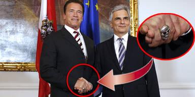 Arnie mit Totenkopf-Handshake beim Kanzler