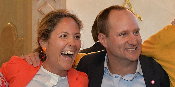 NEOS-Kandidatin Barbara Unterkofler und Parteichef Matthias Strolz jubeln über Wahlergebnis.