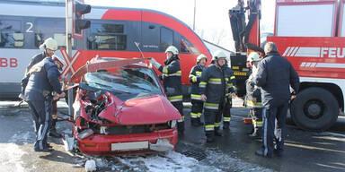 Zug krachte in Auto: 81-Jähriger verletzt