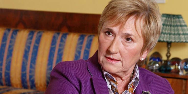 Monika Lindner lässt Stronach zappeln