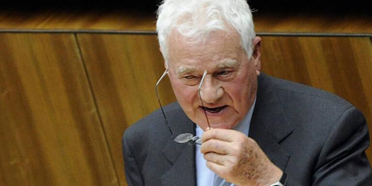 Stronach bleibt vorerst Partei-Obmann