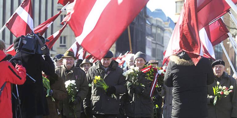 1.500 SS-Veteranen marschieren durch Riga