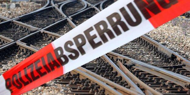 Kleintransporter gegen Zug - Leichtverletzter