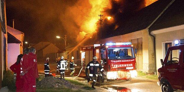 Scheunen-Brand gefährdet Wohnhäuser