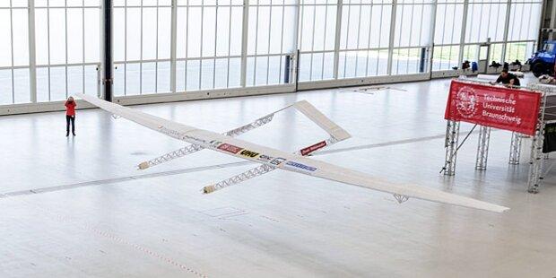 Größtes Papierflugzeug der Welt gestartet