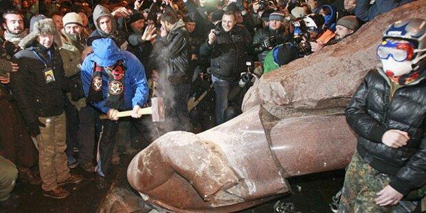 Nationalisten stürzten Lenin-Denkmal