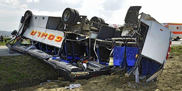 Crash mit Schulbus: Lkw-Lenker von Handy abgelenkt