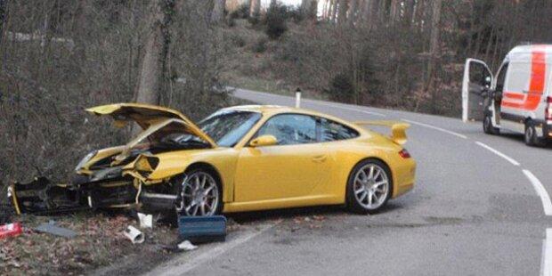 Frontal gegen Baum: teurer Porsche Schrott