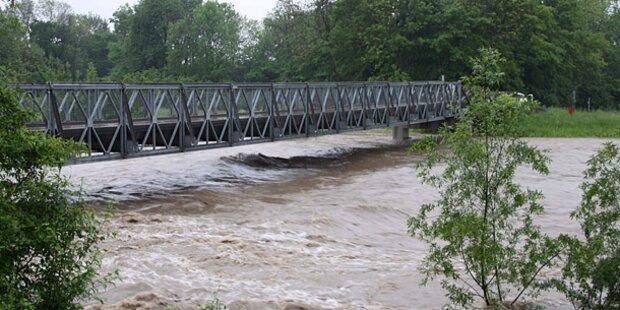 Geländewagen trieb fahrerlos im Wasser