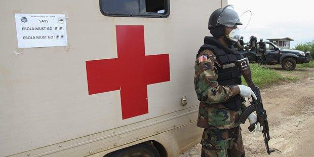 Infizierter Ebola-Arzt geht zu Fuß ins Spital