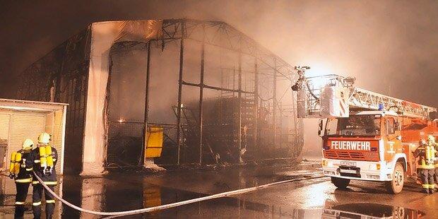 Feuer-Inferno zerstört Reifen-Großlager