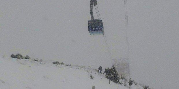 80 Skifahrer bei Sturm aus Gondel gerettet