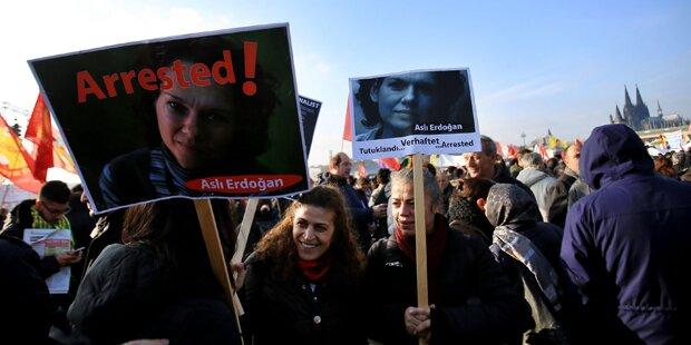 Gericht ordnete Freilassung von Asli Erdogan an