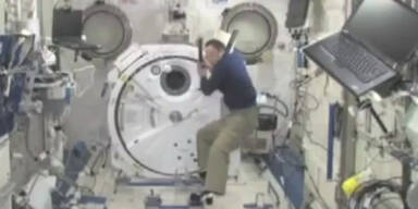 Astronaut spielt Baseball mit sich selbst