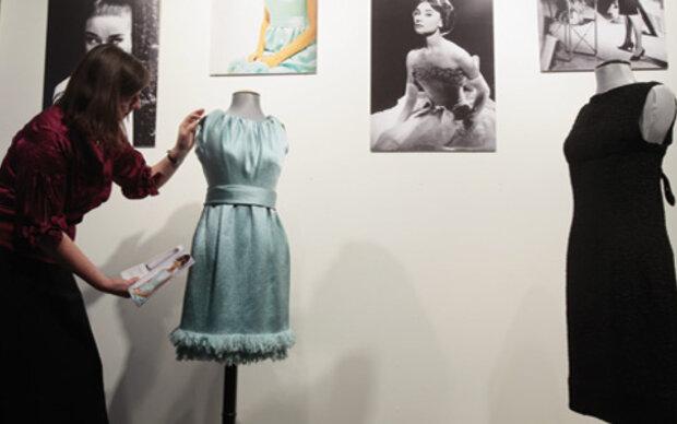 Kleider von Audrey Hepburn in Paris ausgestellt