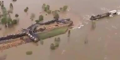 Güterzug durch extreme Flut entgleist