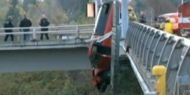 Auto stürzt beinahe von Brücke hinunter