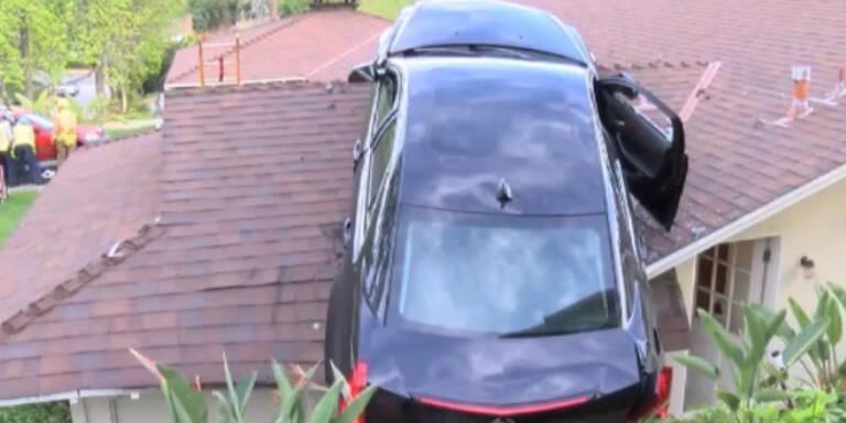 """USA: Mann """"parkt"""" Auto auf Hausdach"""