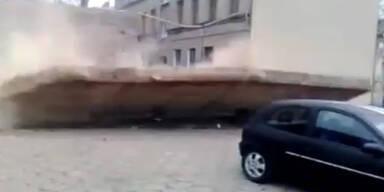 Auto fast von Mauer erschlagen