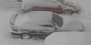 Auto steckt in Schneemassen fest