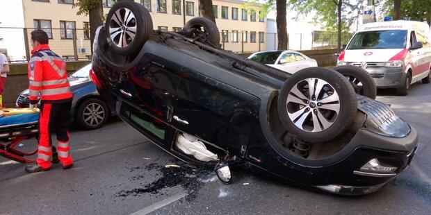 Auto überschlug sich: Lenkerin verletzt