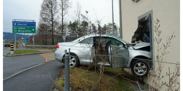 Frontalcrash in Hauswand