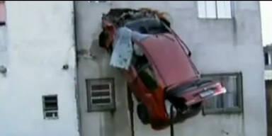 Auto steckt im 2. Stock eines Wohnhauses