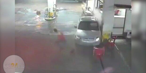 Schreckvideo: Auto rast in Tankstelle