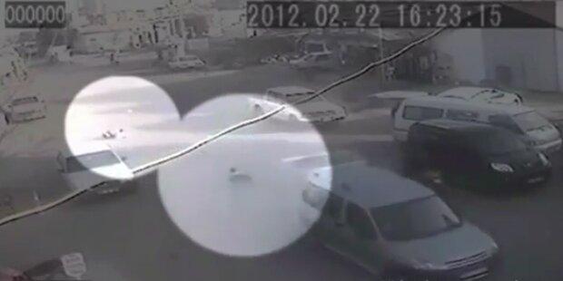 Kinder fallen aus fahrendem Auto