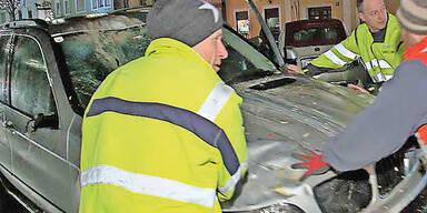 Auto raste in Christkindlmarkt