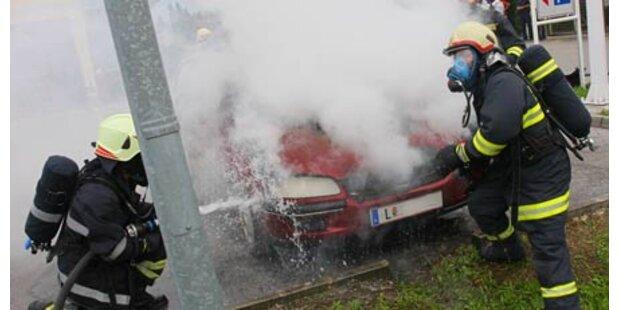 Pkw stand auf Parkplatz in Flammen