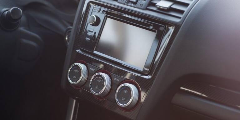 Autoradio eingebaut in Armaturenbrett
