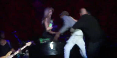Avril Lavigne von Fan auf  Bühne erschreckt
