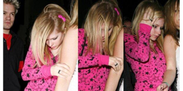 Völlig besoffen: Avril Lavigne brauchte Stütze