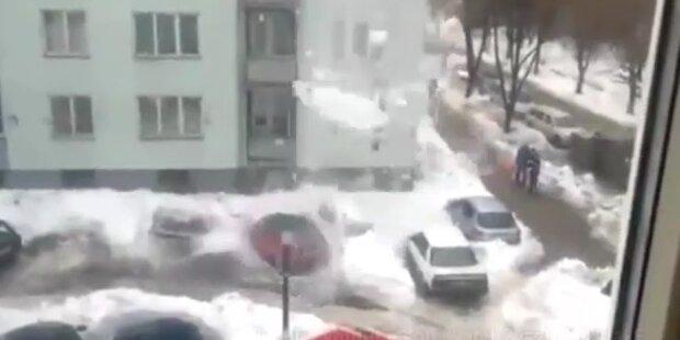 Schneelawine kracht auf parkende Autos