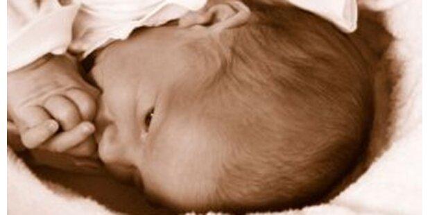 Neugeborenes im Flieger zurückgelassen