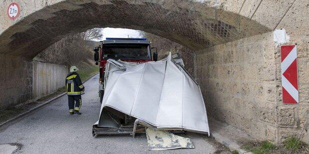 Baden: Hier kracht Klein-Lkw in Unterführung