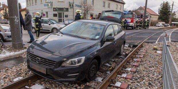 Unfall-Auto landet auf Gleisen der Badner Bahn