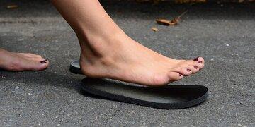 Selbstklebende Schuhe: Trend: Barfuß mit Sohle
