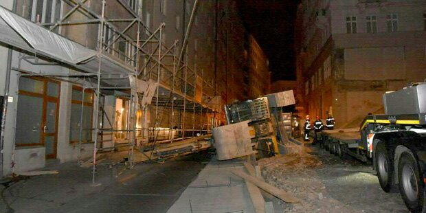 25-Tonnen-Bagger kippte in Wien von Lkw