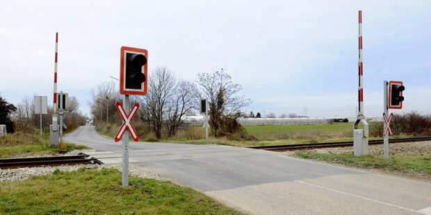 Lkw-Lenker übersah Zug: Ein Verletzter