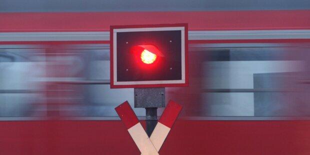 Auto auf Bahnübergang bei Graz von Zug erfasst