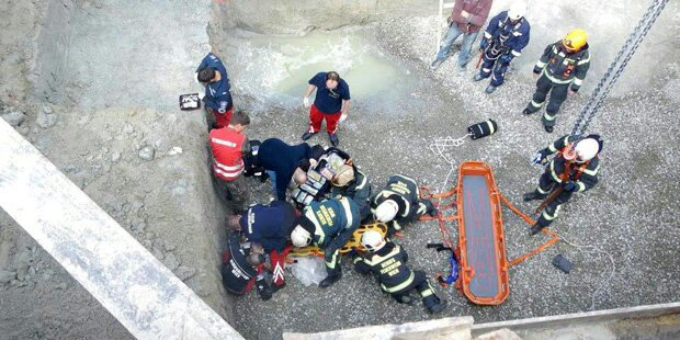 Arbeiter stürzt 8 Meter in Baugrube - in Lebensgefahr