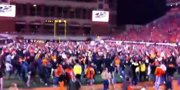 Football Fans stürmen Feld: 13 Verletzte