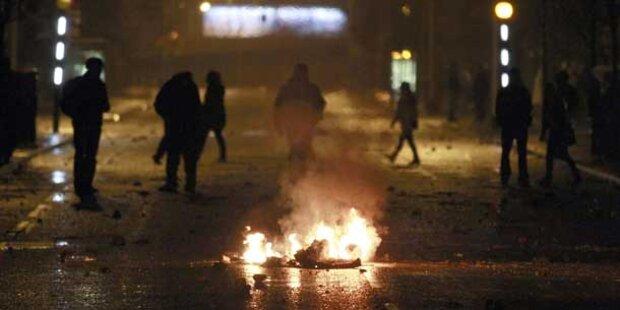 Polizei fuhr Wasserwerfer vor Rathaus in Belfast auf