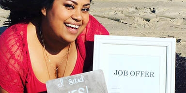 Frau feiert neuen Job wie Verlobung
