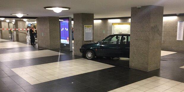 Kaum zu glauben, wie dieses Auto in die Berliner U-Bahn kam