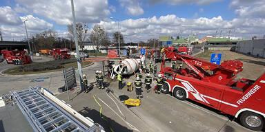 Umgefallener Betonmisch-LKW inmitten eines Kreisverkehrs in Wien Simmering