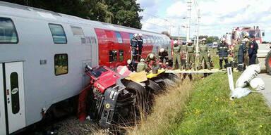 Betonmischer kollidiert mit Zug